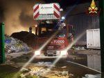 Incendio ad impianto di selezione rifiuti: GUARDA LE FOTO