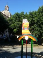 Paternò, la stele di Barbaro Messina in piazza della Concordia: prima opera permanente del maestro ceramista