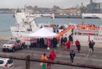 Al porto di Catania arrivata la nave Diciotti con 932 migranti: ci sono anche due cadaveri