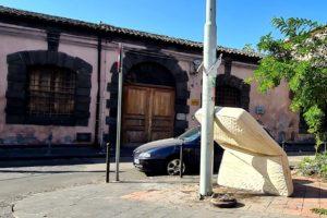 Paternò, una 'installazione' davanti al museo archeologico: un materasso per i sonni tranquilli dell'inciviltà