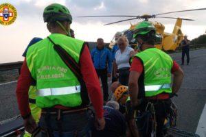 Zafferana Etnea, soccorritori del Sass salvano turista milanese precipitato nella Grotta dei Tre Livelli: sospetta frattura alla gamba