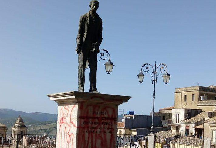 """Vizzini, ignoti deturpano la statua di Giovanni Verga. Il Comune: """"Atto vergognoso"""""""