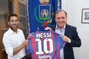 Messi al Paternò Calcio dopo il Barcellona: la Pulce e Naso in una burla social