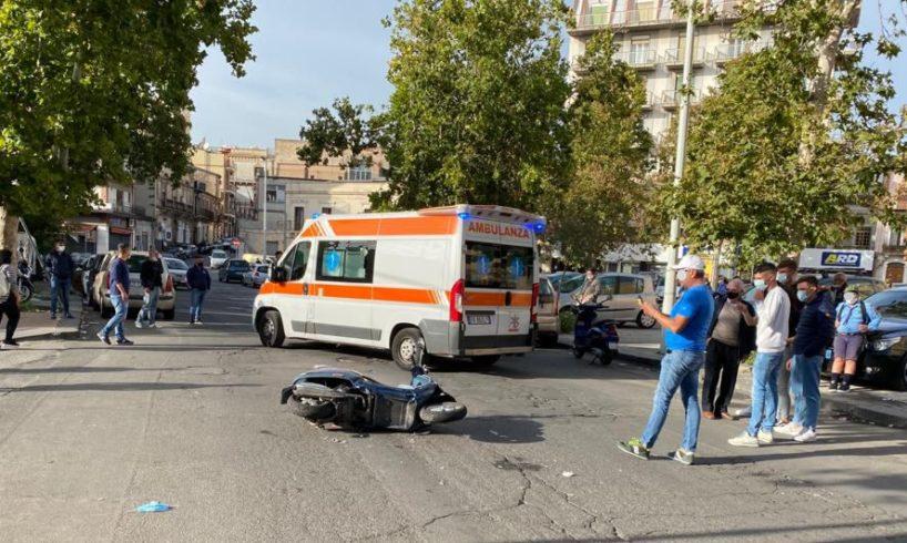 Paternò, scontro tra scooter e utilitaria in Piazza Vittorio Veneto: feriti due giovani e una donna