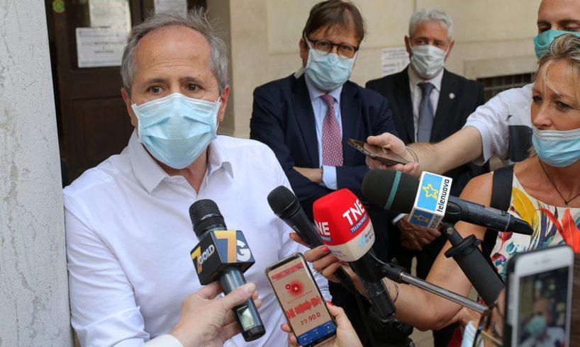 """Coronavirus, Crisanti: """"Vera sfida è evitare terza ondata. Piano nazionale per consolidare risultati restrizioni"""""""