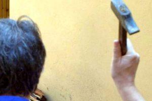Biancavilla, 52enne tenta di uccidere a martellate la sorella disabile: la moglie lo aveva cacciato di casa