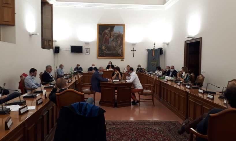 """Paternò, il Consiglio boccia la 'Commissione Covid'. L'opposizione: """"Grazie a noi recuperati 2 mln per le scuole"""""""