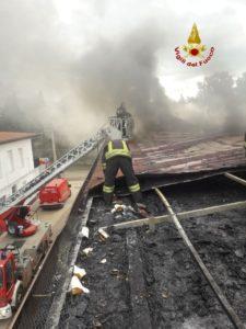 Raddusa, incendio sul tetto di un palazzina in via De Gasperi: al lavoro 2 squadre di Vigili del Fuoco