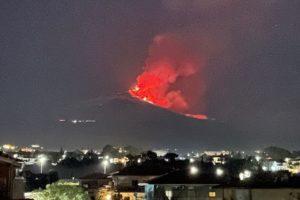 Etna, attività stromboliana dal Cratere di Sud-est: cenere vulcanica su Fleri