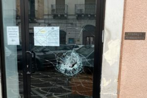 Paternò, ignoti sfondano la vetrata del 'Circolo Professionisti': ipotesi furto o atto vandalico