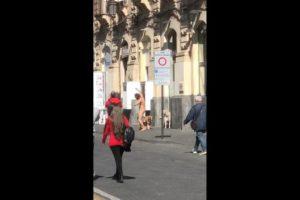 Catania, senzatetto austriaco gira nudo per le vie del centro storico: bloccato in via Etnea (VIDEO)