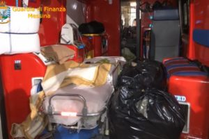 Messina, la marijuana viaggiava in ambulanza per evitare i controlli: agli imbarcaderi il cane Ghimly ha fiutato l'inganno