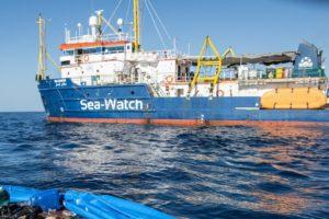 """Migranti, barcone con 90 persone al largo di Lampedusa. Sea Watch: """"Salvateli"""""""