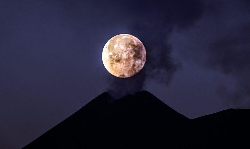 Etna, la luna tramonta sul 'cucuzzolo' della Montagna: la foto di Fabrizio Villa fa il giro del mondo