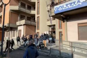 Adrano, dalla Polizia un altro colpo al clan Scalisi: la 'sfilata' in commissariato dei fermati (VIDEO)