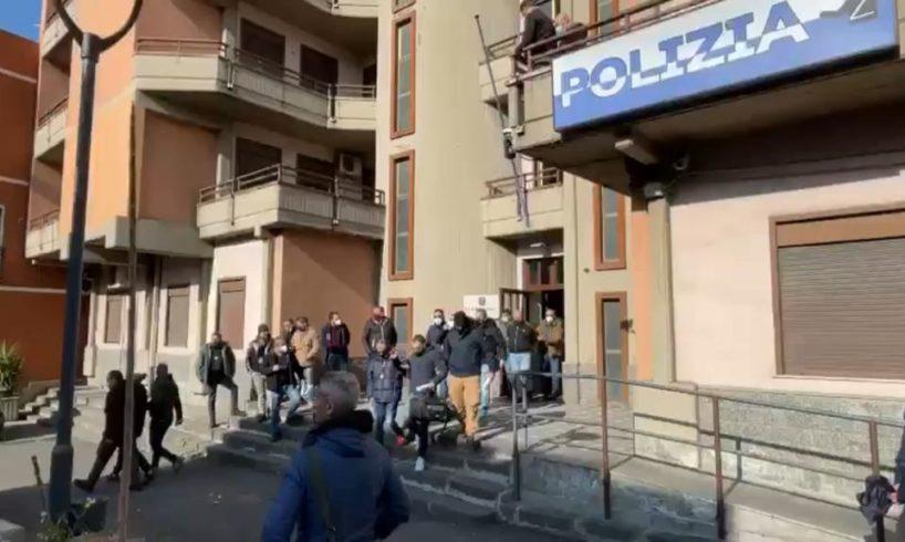 Adrano, dalla Polizia un altro colpo al clan Scalisi: la 'sfilata' in commissariato dei fermati (VIDEO)