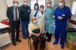 Catania, 'Super Nonno Francesco' completa a 101 anni la vaccinazione: al centro dell'ospedale Garibaldi