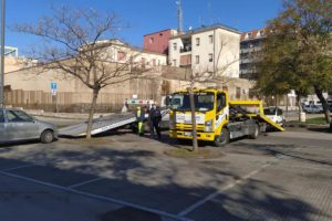 Paternò, in Piazza Nassirya scerbamento e… rimozione auto: automobilisti indisciplinati non rispettano divieto