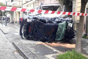 Sfiorata la tragedia oggi a Belpasso nel quartiere Borrello, poco prima delle 11.30. Il conducente di un autocarro, un Fiat 79 che trasportava della terra, ha perso il controllo del mezzo mente percorreva via Regina Elena.